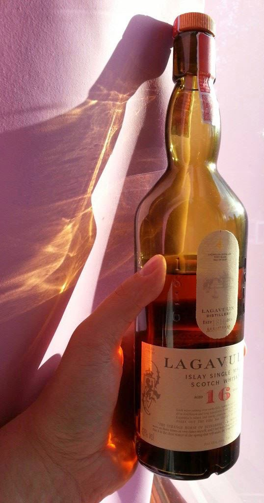 Lagavulin 16 review by WhiskyRant – a benchmark whisky of Islay